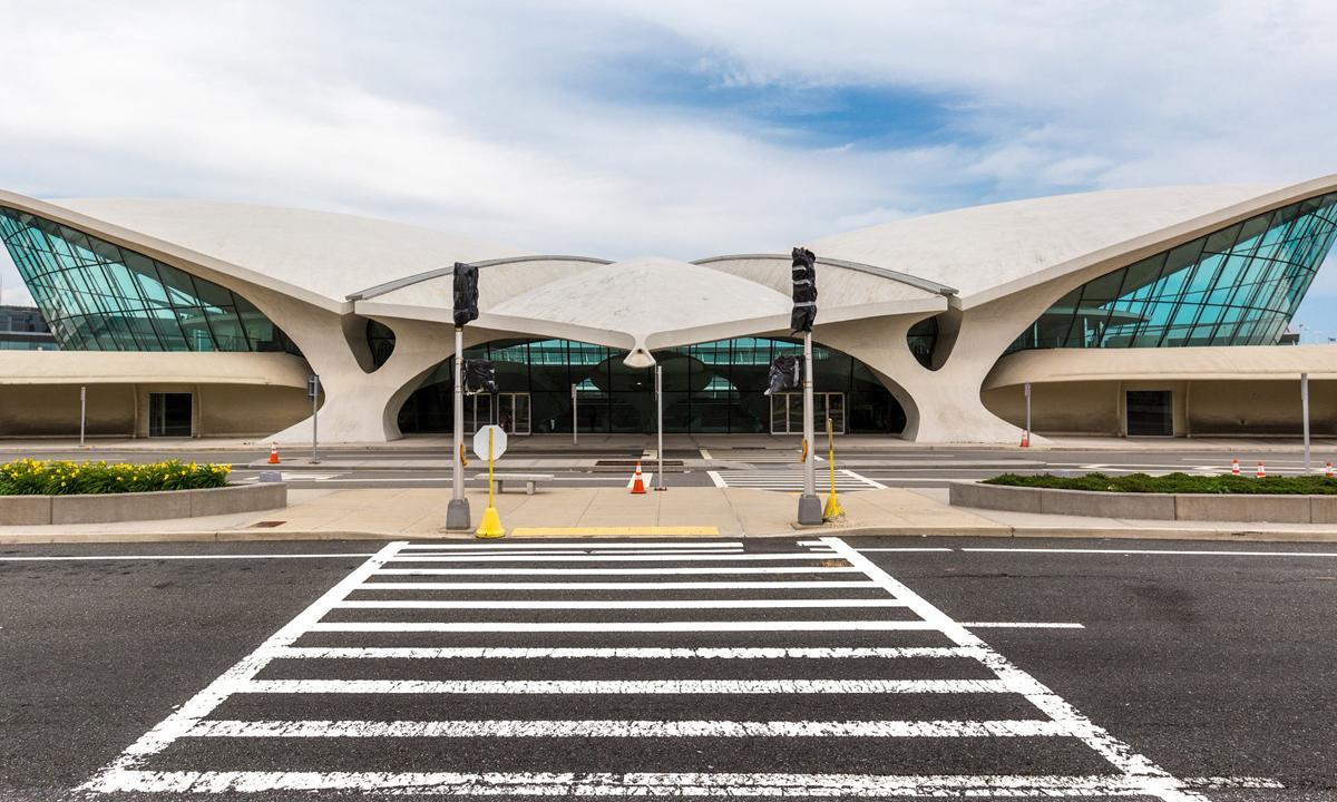 Risultati immagini per LA SFILATA DELLA COLLEZIONE CRUISE 2020 DI LOUIS VUITTON AVRÀ LUOGO ALL'INTERNO DELL'AEROPORTO JFK DI NEW YORK foto